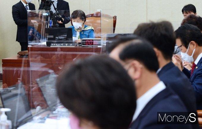 [머니S포토] 탕탕탕! 국회 행안위, 5.18 보상법 개정안 통과