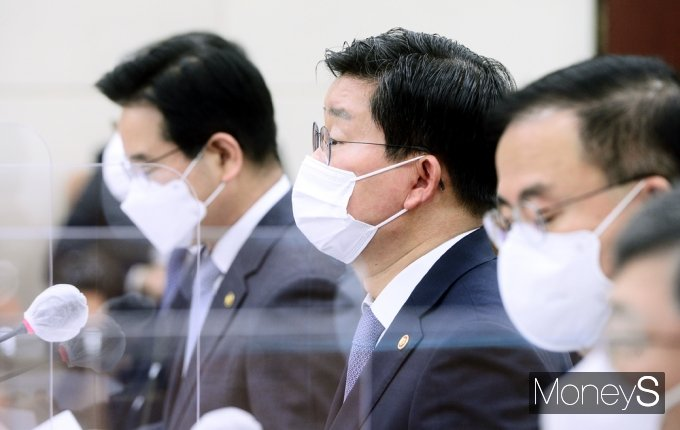 [머니S포토] 의원 질의 답하는 전해철 행안 장관