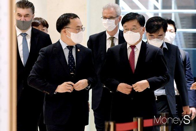 [머니S포토] 제18회 자동차의 날 기념식 참석하는 문승욱 장관과 정만기 회장