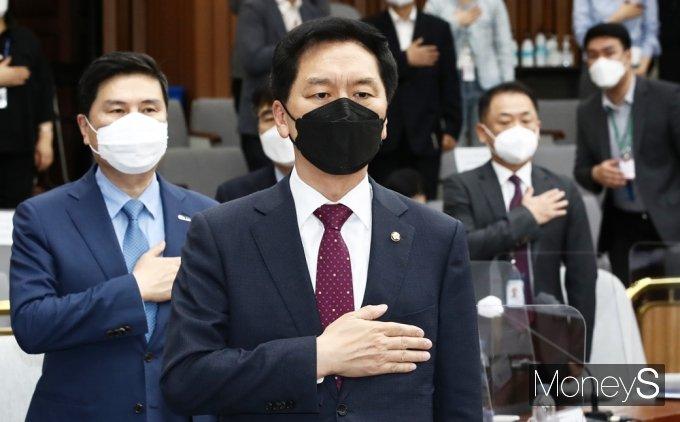 [머니S포토] 국민의힘 세미나, 국민의례하는 '김기현' 대행