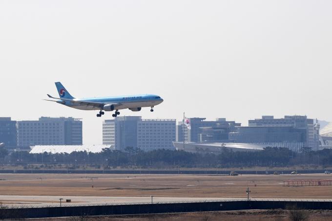 '코백스 퍼실리티'를 통해 확보한 코로나19 백신 물량을 실은 화물기가  인천국제공항 화물터미널에 착륙하고 있다. /사진=사진공동취재단