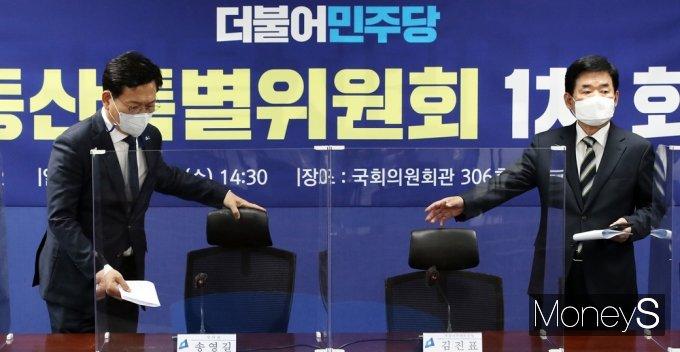 [머니S포토] 與 부동산 특위, 착석하는 송영길-김진표
