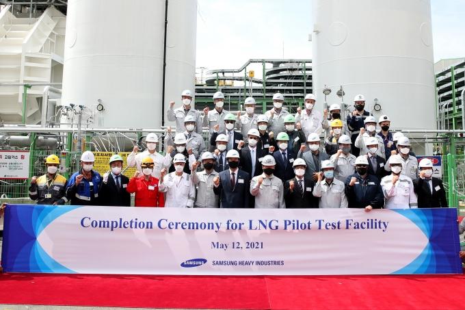 12일 삼성중공업 경남 거제조선소에서 열린  LNG 실증설비 완공식에 참석한 관계자들이 기념촬영을 하고 있다. /사진=삼성중공업