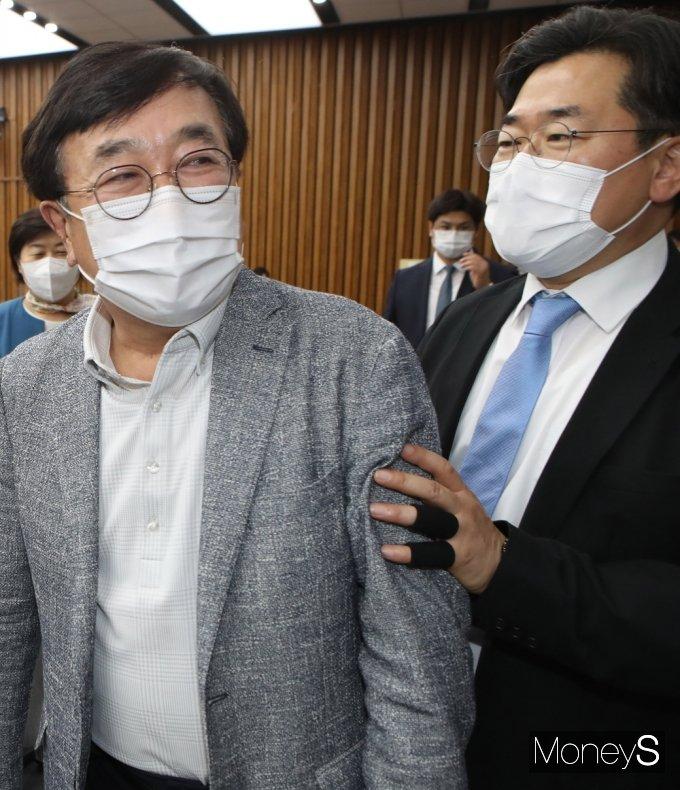 [머니S포토] 총리 인준안 불발… 여당과 얘기하는 '서병수'