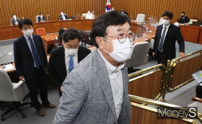 [머니S포토] 총리 인준안 불발… 회의장 나서는 '서병수' 특위원장