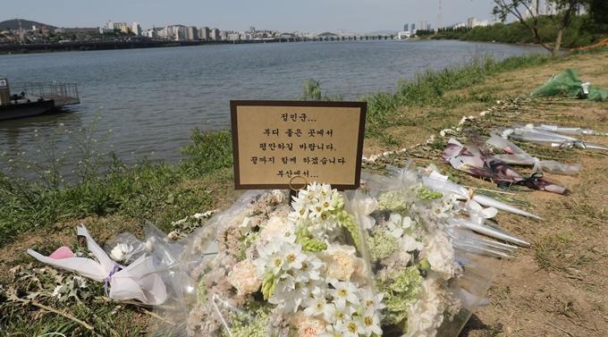 경찰이 고 손정민씨 사망 경위를 파악하기 위해 수사력을 집중하고 있다. 사진은 서울 반포한강공원 수상택시 승강장 인근에 있는 손씨를 추모하는 꽃과 메모, /사진=뉴스1