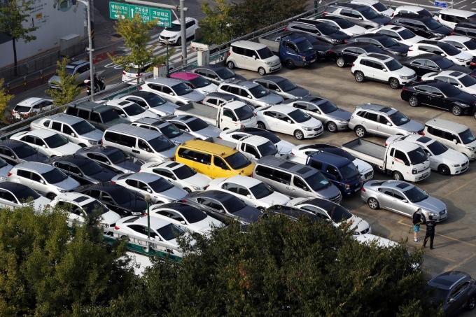병폐가 끊이지 않던 중고차 시장의 개선을 요구하는 소비자 목소리가 커지고 있다. 최근 중고차 업자에게 큰 피해를 입은 한 소비자가 목숨을 끊는 안타까운 사고도 발생했다. /사진=뉴스1