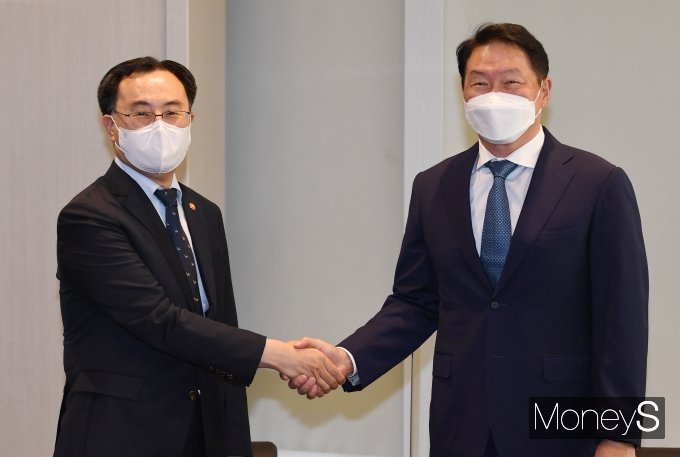 [머니S포토] 최태원 회장과 악수하는 문승욱 장관