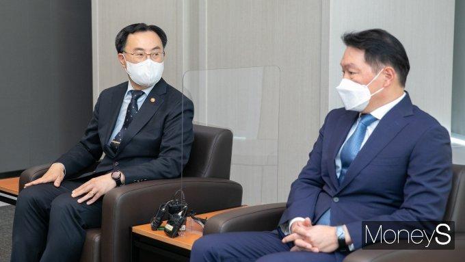 """[머니S포토] 최태원 회장 면담한 문승욱 """"기업의 미래준비 돕겠다"""""""