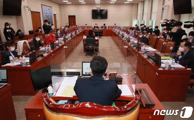 산업통상자원중소벤처기업위원회 중소벤처기업소위원회가 열린 12일 오전 서울 여의도 국회에서 여야 의원들이 의사진행 발언을 하고 있다. 2021.5.12/뉴스1 © News1 이동해 기자