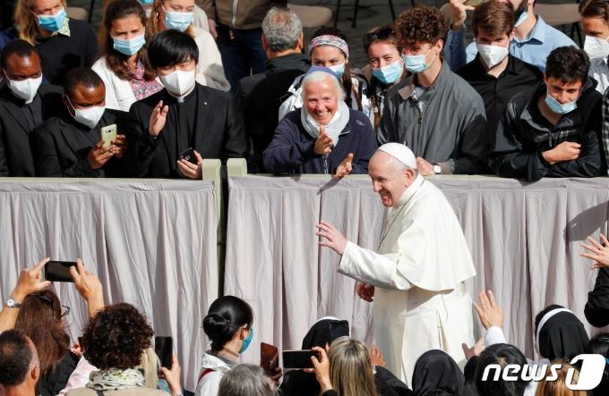 프란치스코 교황이 2021년 5월12일(현지시간) 바티칸에서 수요 일반 알현 시간을 갖고 있다. 이는 신종 코로나바이러스 감염증(코로나19)으로 영상으로 대체됐다가 이날 6개월 만에 대면으로 전환된 것이다. © 로이터=뉴스1 © News1 조소영 기자