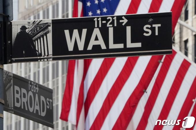 뉴욕증권거래소의 월스트리트 간판. © 로이터=뉴스1