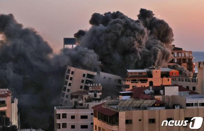 11일(현지시간) 팔레스타인 무장 정파 하마스가 지배하는 가자지구에 이스라엘군의 공습으로 검은 연기가 치솟고 있다. © AFP=뉴스1 © News1 우동명 기자