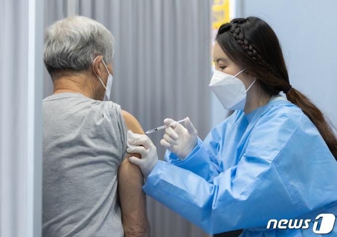 국제 간호사의 날인 12일 오후 서울 송파구 체육문화회관에 마련된 신종 코로나바이러스 감염증(코로나19) 백신 예방접종센터에서 의료진이 백신접종을 하고 있다. 코로나19 예방접종대응추진단에 따르면 오는 13일부터 60~64세를 대상으로 백신 접종 사전예약을 받는다. 2021.5.12/뉴스1 © News1 이재명 기자