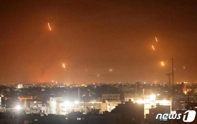11일(현지시간) 팔레스타인 자치 지역인 가자지구 라파에서 무장 정파 하마스가 이스라엘을 향해 로켓을 발사하고 있다. © AFP=뉴스1 © News1 우동명 기자
