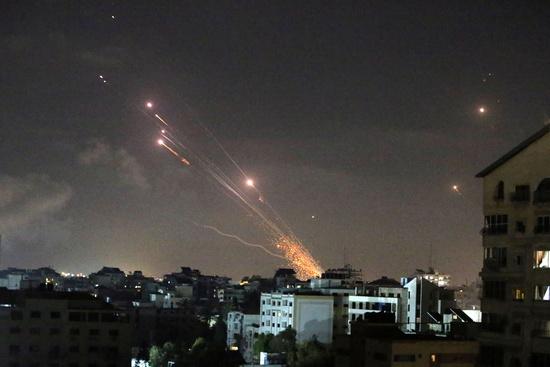 다수의 유럽 매체들은 지난 12일(현지시각) 보도를 통해 이스라엘 군이 가자지구를 공급해 하마스 지도자들이 숨졌다고 전했다. 사진은 이스라엘의 공습에 대항해 팔레스타인이 이스라엘로 로켓을 쏘는 장면. /사진=로이터