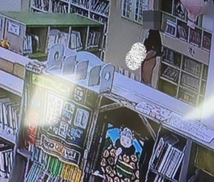 충남 천안의 한 아파트 도서관에서 10대로 추청되는 남성이 음란행위를 하는 듯한 모습이 CCTV에 찍혔다. /사진=페이스북 페이지 캡처