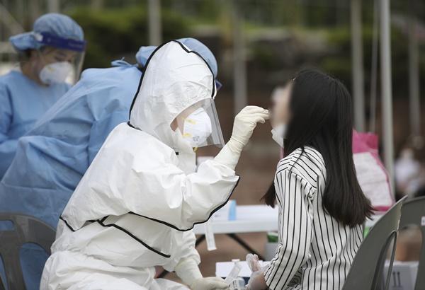 코로나19 일일 신규 확진자가 13일 0시 기준 715명으로 조사됐다. 사진은 12일 울산 동구 한 초등학교에서 학생이 코로나19 검사를 받는 모습. /사진=뉴스1