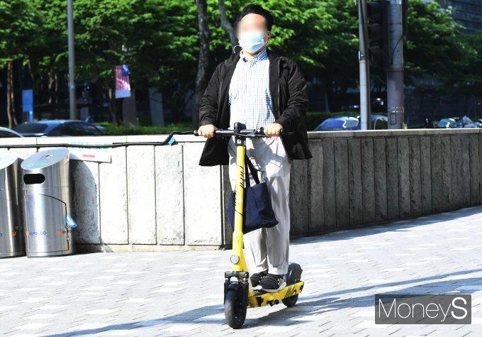 [머니S포토] 헬멧 안쓰고 인도 쌩쌩…'오늘부터 범칙금 냅니다'