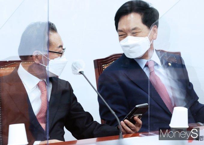 [머니S포토] 국민의힘 비대위, 대화 나누는 김기현-이종배