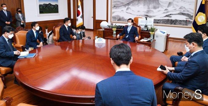 [머니S포토] 국회 의장실 찾은 민주당, 본회의 인준안 처리 요청 면담