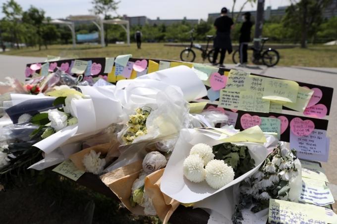 고 손정민씨 사망 사건과 관련해 부검 결과에 따라 사건 분위기가 바뀔 것이라는 전문가 의견이 나왔다. 사진은 반포한강공원에 마련된 손씨 추모 공간. /사진=뉴스1