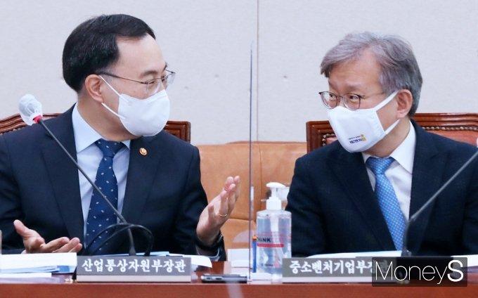 [머니S포토] 국회 산자중기위, 대화 나누는 문승욱·권칠승 장관