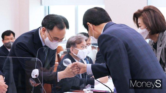[머니S포토] 국회 산자중기위, 인사 나누는 문승욱 장관