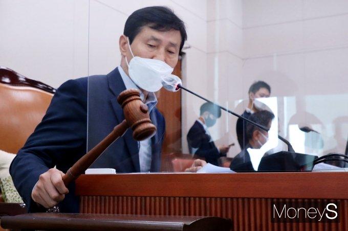 [머니S포토] 국회 산자중기위 법안 통과, 의사봉 두드리는 '이학영'