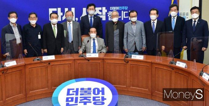 [머니S포토] 상임고문들 만난 민주당 지도부