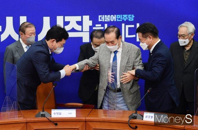 [머니S포토] 민주당 상임고문 간담회, 부축받는 '이용희'