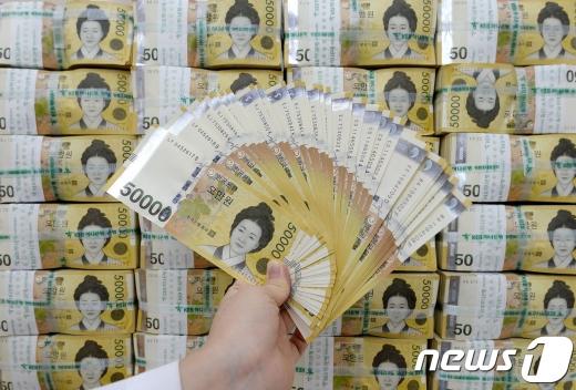 3월 통화량이 한 달 새 39조원 늘었다. 사진은 서울 중구 KEB하나은행 본점 위변조대응센터에서 직원이 오만원권 지폐를 살펴보는 모습./사진=뉴스1