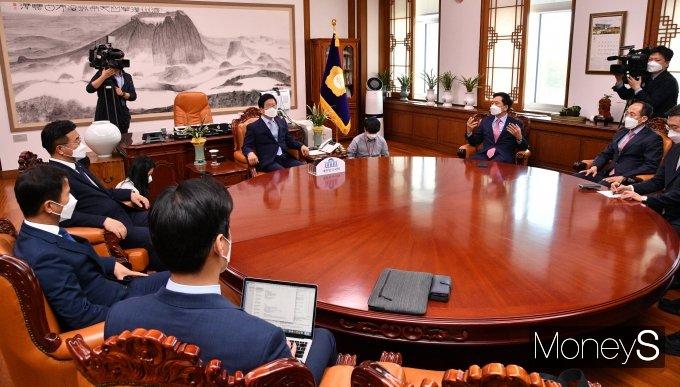 [머니S포토] 박병석 국회의장, 여야 원내대표와 회동