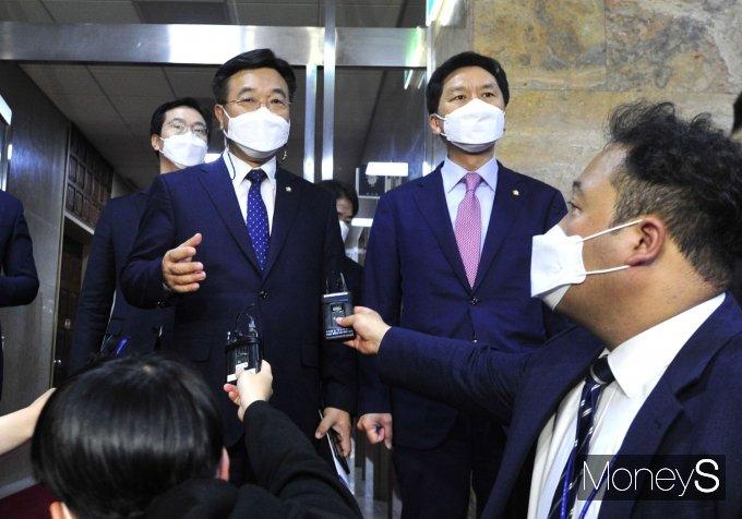 [머니S포토] 회동 마친 윤호중·김기현 원내대표