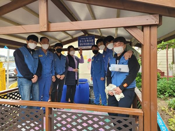 포스코케미칼 마그네시아 공장직원들과 지역아동센터장이 지은 원두막에서 기념사진을 촬영하고 있다. /사진=포스코케미칼