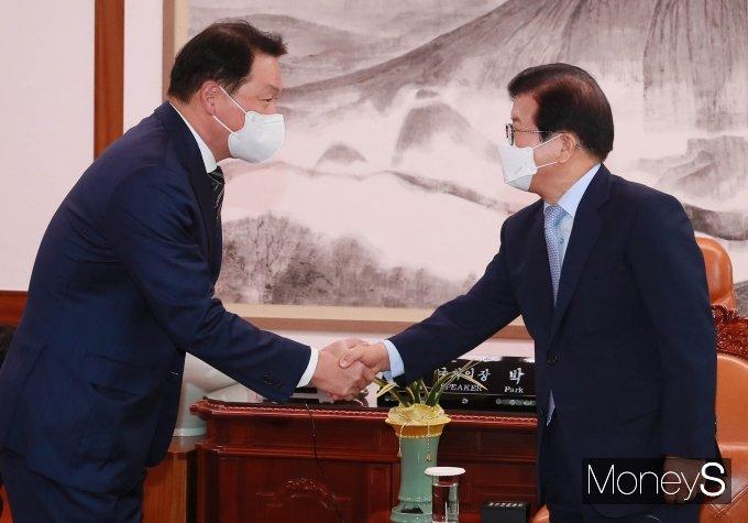 [머니S포토] 악수하는 박병석 의장과 최태원 회장