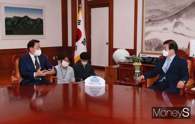[머니S포토] 환담 나누는 최태원·박병석