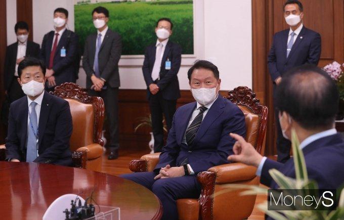 [머니S포토] 국회의장 예방한 최태원 회장