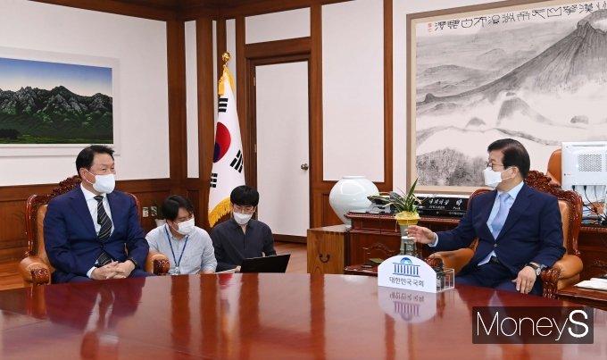 [머니S포토] 최태원 대한상의 회장과 대화하는 박병석 국회의장