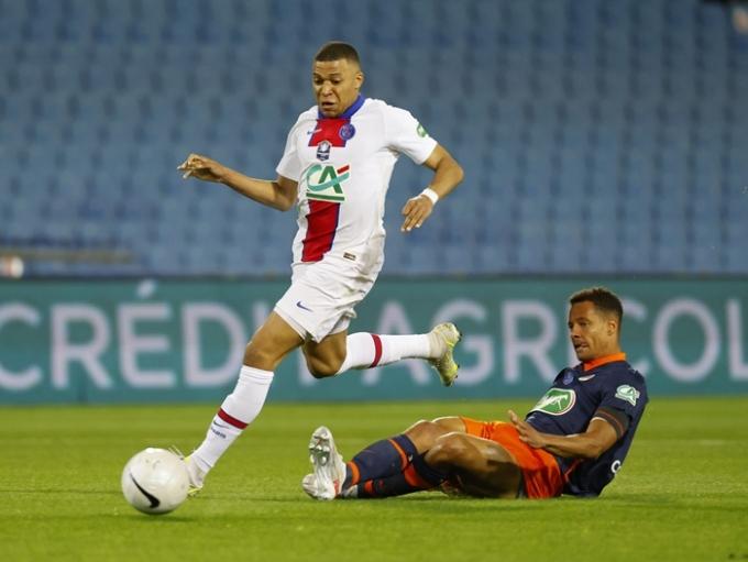 파리 생제르맹 소속 킬리안 음바페(왼쪽)가 세계에서 가장 비싼 선수가 됐다. 2위 엘링 홀란드와는 무려 약 800억원 정도 차이가 난다.사진은 음바페가 13일(한국 시각) 프랑스 몽펠리에의 스타드 드 라 모송에서 열린  2020-2021 프랑스컵 준결승 몽펠리에 에로 SC와의 경기에서 뛰고 있는 모습. /사진=뉴스1