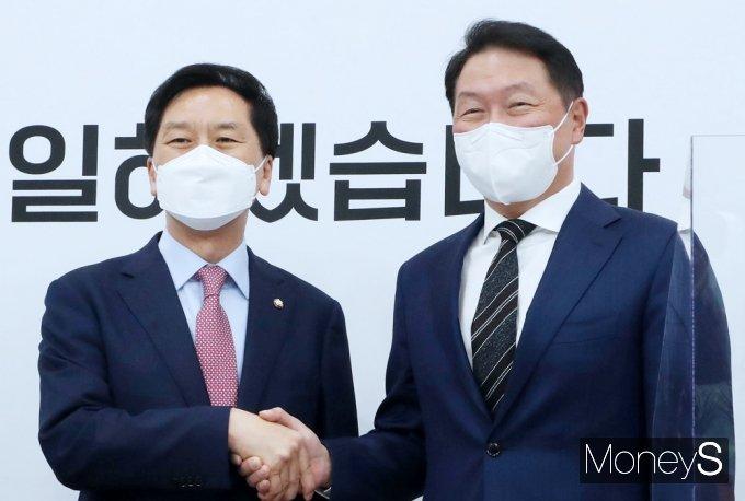 [머니S포토] 최태원 회장 접견하는 김기현 대표 대행