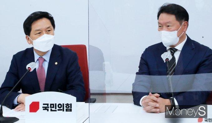 [머니S포토] 최태원 회장과 환담갖는 김기현 대표 대행