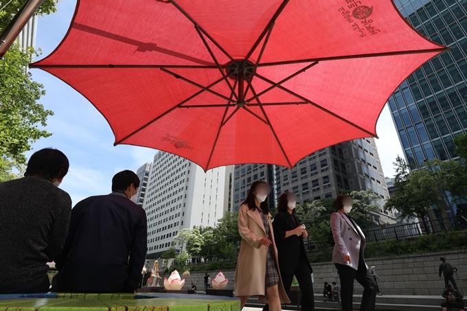 금요일인 14일은 전국이 맑고 더울 전망이다. 사진은 서울 청계천에서 휴식을 취하는 시민들 모습. /사진=뉴스1