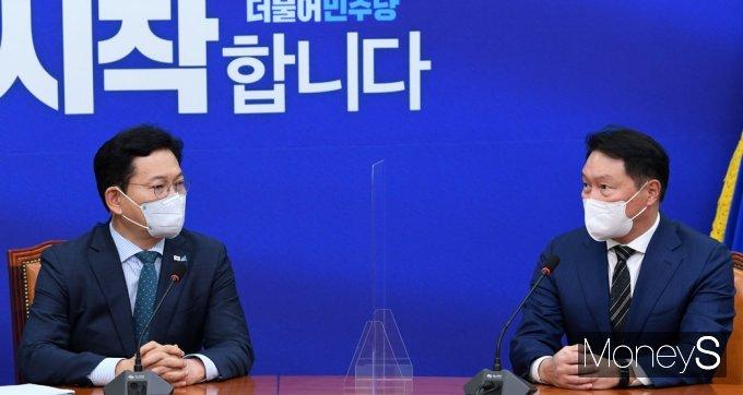 [머니S포토] 대한상의·민주당 예방, 환담 갖는 송영길과 최태원