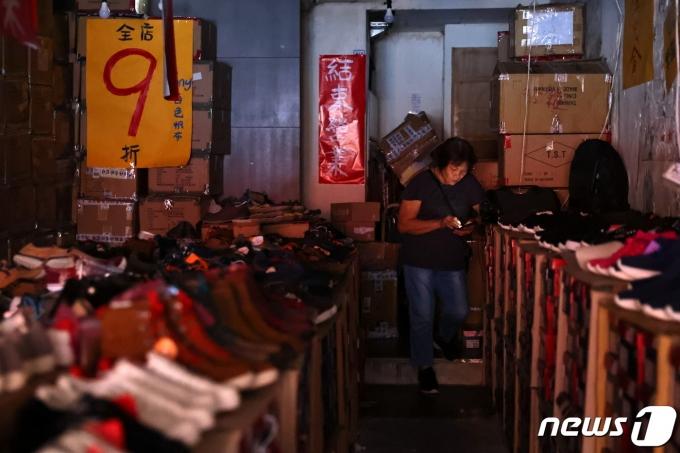 대만에서 대규모 정전이 발생한 가운데 타이베이에서 한 시민이 휴대폰을 이용해 불빛을 비추고 있다. © 로이터=뉴스1