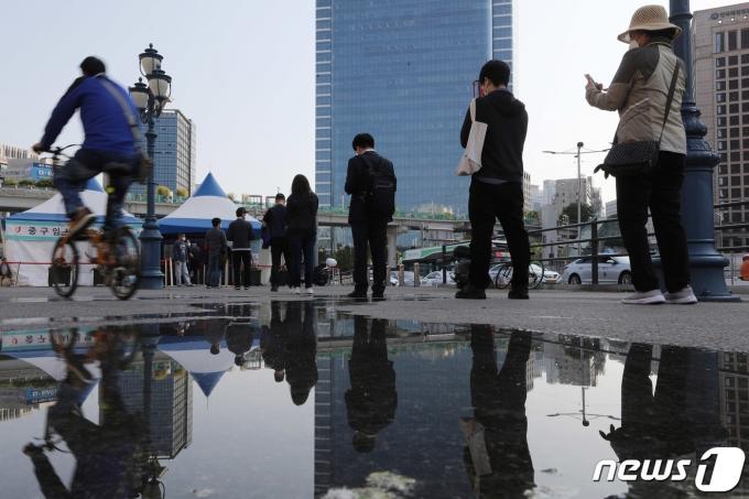 13일 오전 서울 중구 봉래동 서울역 광장에 마련된 코로나19 중구 임시선별검사소를 찾은 시민들이 줄지어 검체 검사 차례를 기다리고 있다. 2021.5.13/뉴스1 © News1 박정호 기자
