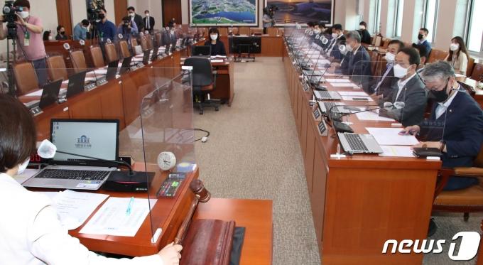 진선미 국토교통위원장이 13일 오후 국회에서 야당 의원들이 불참한 가운데 노형욱 국토부 장관 인사 청문 경과 보고서 채택의 건에 대한 회의를 진행하고 있다. 2021.5.13/뉴스1 © News1 오대일 기자
