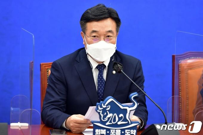 윤호중 더불어민주당 원내대표가 13일 오전 국회에서 열린 정책조정회의에서 모두발언을 하고 있다. 2021.5.13/뉴스1 © News1 이동해 기자