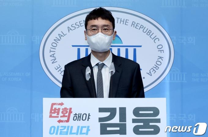 김웅 국민의힘 의원이 13일 오전 서울 여의도 국회 소통관에서 당대표 경선 출마를 선언하고 있다. 초선인 김 의원은
