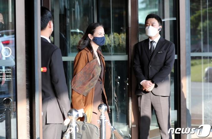 미국의 정보수장 애브릴 헤인스 국가정보국(DNI) 국장이 13일 오전 서울의 한 호텔에서 방한 이틀째 일정을 소화하기 위해 차량으로 이동하고 있다. 헤인스 국장은 방한 기간 문재인 대통령을 예방하고 비무장지대(DMZ)를 방문할 것으로 알려졌다. 2021.5.13/뉴스1 © News1 박지혜 기자